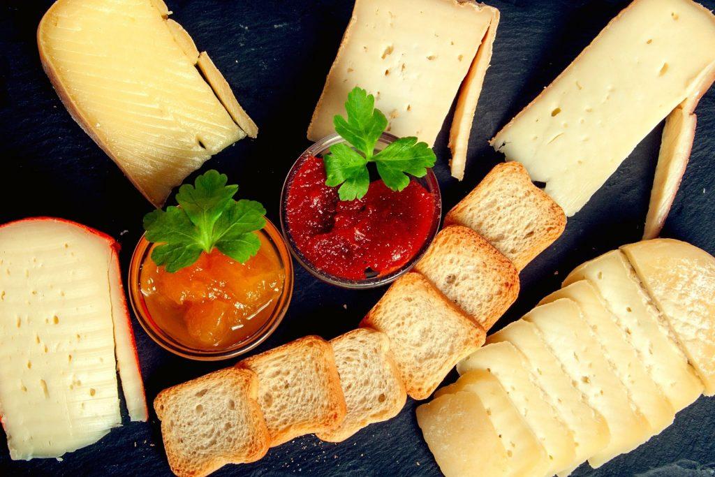 queijo com tostas